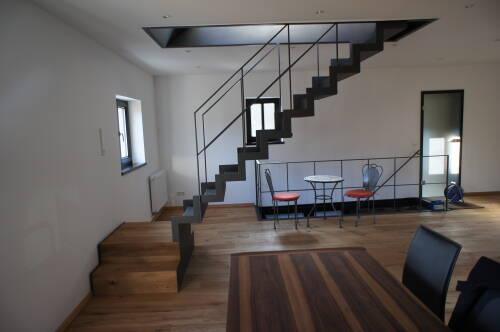 geradl ufige gefaltete blechtreppe mit untergeschwei ten gekanteten stufen auf einem. Black Bedroom Furniture Sets. Home Design Ideas