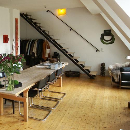 schlanke zweiholmtreppe aus stahl und holz. Black Bedroom Furniture Sets. Home Design Ideas